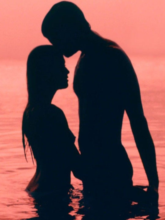 Lovers' silhouette in water
