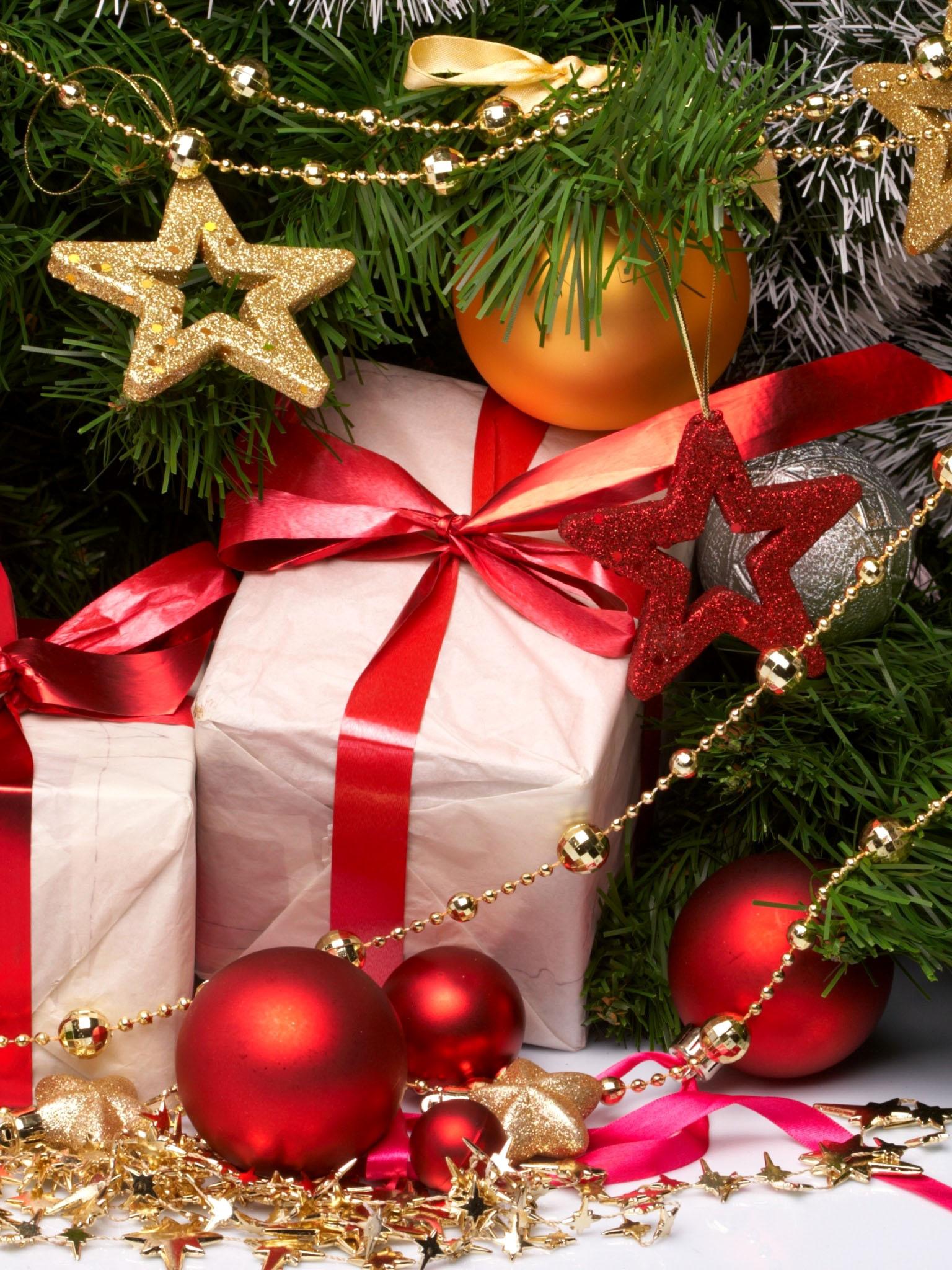 Картинка елки с подарками под ней